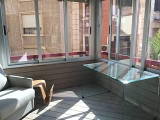 De balcón a espacio polivalente Balcones y terrazas de estilo minimalista de SAUCO DESIGN S.L. Minimalista
