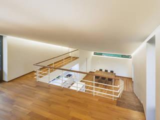 Modern corridor, hallway & stairs by PRAUD Modern
