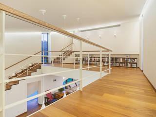 Pasillos, vestíbulos y escaleras modernos de PRAUD Moderno