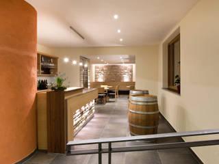 Innenbeleuchtung einer Weinprobierstube Moderne Gastronomie von LIEHT – Die Lichtmanufaktur Modern