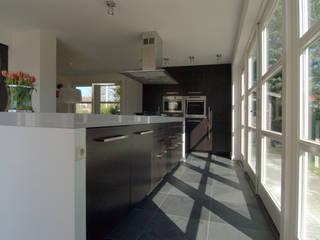 Cocinas modernas de Schindler interieurarchitecten Moderno