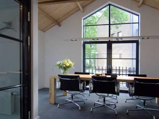 Verbouwing van garage tot kantoor:  Kantoor- & winkelruimten door Schindler interieurarchitecten