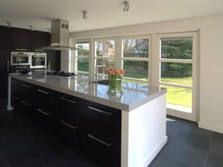 Moderne keuken:  Keuken door Schindler interieurarchitecten