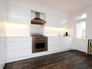 Interieur dubbele bovenwoning met vide: minimalistische Keuken door Het Ontwerphuis