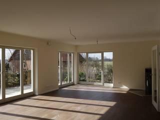 Sanierung zweier, aneinandergereihter Einfamilienhäuser in Lübeck, Krummesse:  Wohnzimmer von Architekturbüro Wolfgang Kriese