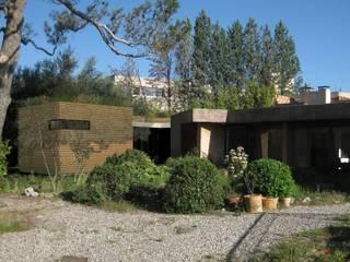 La Cerisaie: Maisons de style  par MAURO LOMBARDO ARCHITECTE