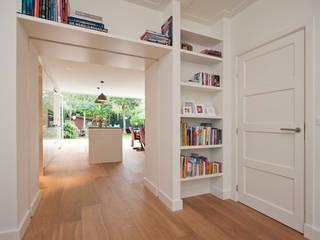 Pasillos, vestíbulos y escaleras modernos de Het Ontwerphuis Moderno