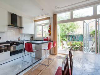 Extra verdieping wordt expatloft: moderne Keuken door Het Ontwerphuis