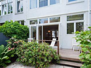 Balcones y terrazas modernos de Het Ontwerphuis Moderno