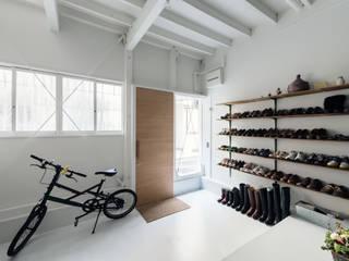 Cửa sổ & cửa ra vào phong cách chiết trung bởi coil松村一輝建設計事務所 Chiết trung