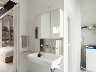 Phòng tắm phong cách chiết trung bởi coil松村一輝建設計事務所 Chiết trung