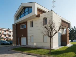モダンな 家 の Pellegrini Alberto - Artuso Francesco Architetti associati モダン