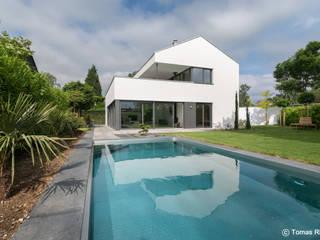 Gartenansicht mit Pool: moderner Pool von Schmitz Architekten GmbH