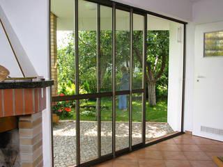Zabudowy balkonów i tarasów: styl , w kategorii Taras zaprojektowany przez SERVIKO