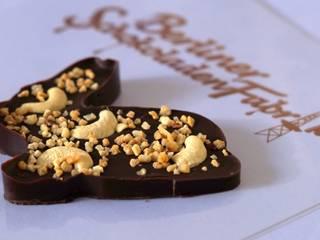 Häschen aus Edelbitter Schokolade mit Cashewkernen und Haselnusskrokant:   von Berliner SchokoladenFabrik
