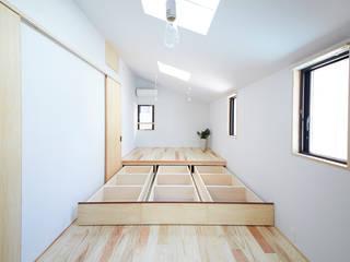 寝室(造り付けの床下収納): 一級建築士事務所co-designstudioが手掛けた寝室です。,