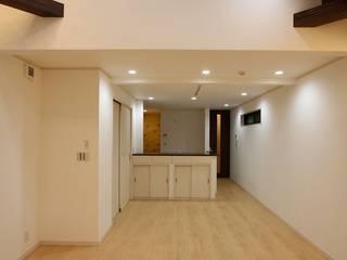 Salas / recibidores de estilo  por 株式会社ハウジングアーキテクト建築設計事務所, Asiático