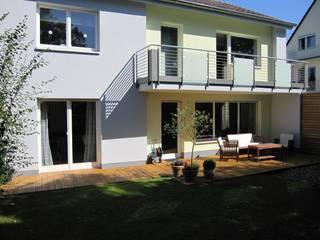 Gartenfassade nach der Modernisierung:   von ARCHITEKTURBÜRO  SEIPEL