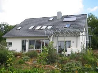 Gartenfassade mit Rankhilfe aus Stahl: moderne Häuser von ARCHITEKTURBÜRO  SEIPEL