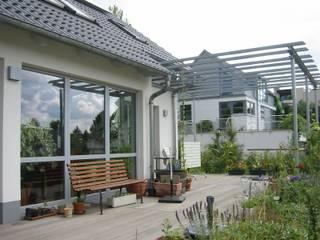 Terrassendeck mit Rankhilfe aus Stahl:  Terrasse von ARCHITEKTURBÜRO  SEIPEL