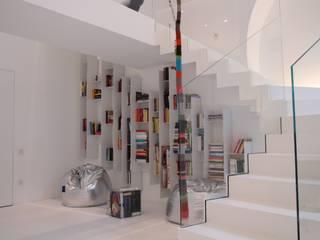 Minimalist corridor, hallway & stairs by Serenella Pari design Minimalist