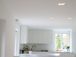 Minimalist kitchen by Serenella Pari design Minimalist