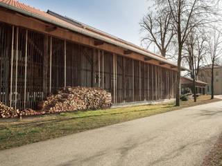 Ansicht von West mit Bahnhofsgebäude und Nebengebäude im Hintergrund:  Häuser von Ziegert | Roswag | Seiler Architekten Ingenieure