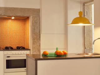 Apartamento A3_Reabilitação Arquitectura + Design Interiores: Cozinhas ecléticas por Tiago Patricio Rodrigues, Arquitectura e Interiores
