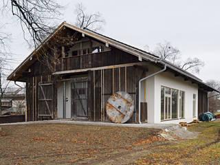 Ansicht von Südost, Eingang Wohnbereich im Süden, Terrassentüren im Osten:  Häuser von Ziegert | Roswag | Seiler Architekten Ingenieure