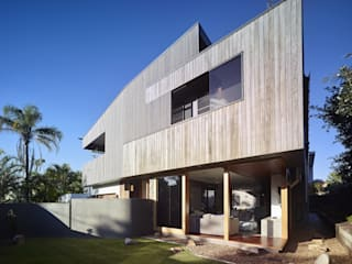 ​The Sunshine Beach House Tropical style houses by Shaun Lockyer Architects Tropical