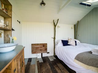 Huts:  Bedroom by Plankbridge