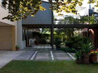 Ampliamento di costruzione di civile abitazione, ristrutturazione di dipendenze rurali, realizzazione di portico e verande Balcone, Veranda & Terrazza in stile rurale di Studio Negri & Fauro Architetti Associati Rurale
