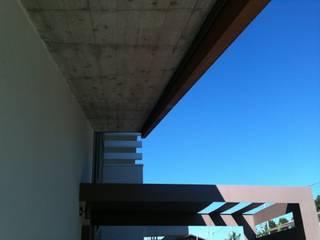 Villa_B: Case in stile in stile Moderno di ADquadro