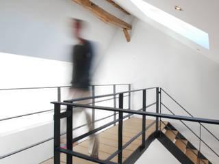 Renovation a Durbuy: Bureau de style de style Minimaliste par PIQUE architecture