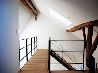 Renovation a Durbuy: Bureau de style de style Moderne par PIQUE architecture