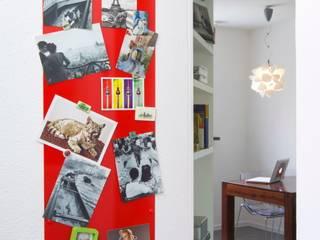 Regał w centrum uwagi - projekt kawalerki Industrialny salon od Studio Projektowe RoRO interior + design Industrialny