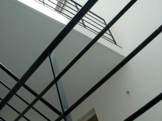 MAISON CONTEMPORAINE: Maisons de style  par FIGURE LIBRE ARCHITECTURE