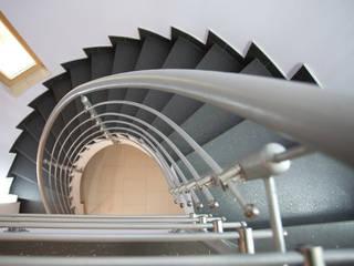 Particolare della scala interna: Ingresso & Corridoio in stile  di A+2i PROJECT TEAM - ARCHITETTURA E AMBIENTE