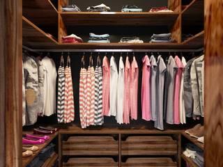 Vestidores y closets de estilo  por Sikora Wnetrza