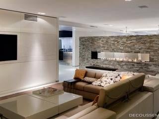 モダンデザインの リビング の Decoussemaecker Interieurs モダン