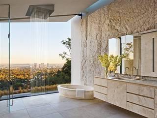 villa di Michael Bay a Los Angeles - bagno padronale: Bagno in stile in stile Moderno di Pietre di Rapolano
