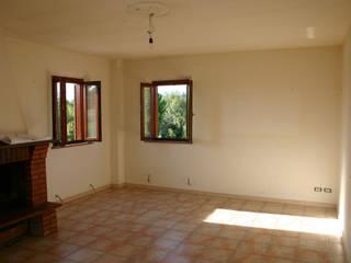L'ambiente del soggiorno prima dei lavori:  in stile  di ALESSANDRO MUSCOLINI & PATRIZIA ZAGAGLIA ARCHITETTI
