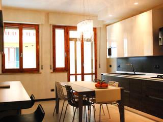 Zona living dopo: Cucina in stile in stile Moderno di Ambienti in scena