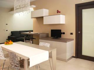 Angolo studio che prosegue nel soggiorno: Cucina in stile in stile Moderno di Ambienti in scena