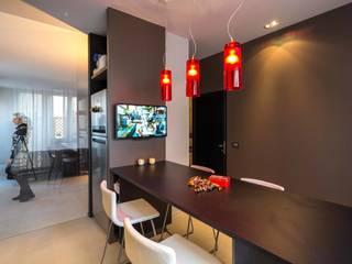 la cucina e la quinta in vetro: Cucina in stile  di architetto marcello carzedda studio