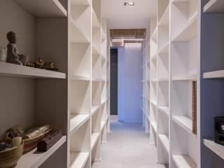 la galleria dei libri: Ingresso & Corridoio in stile  di architetto marcello carzedda studio
