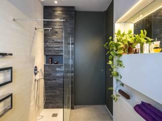 il fondale d'ingresso del bagno: Bagno in stile  di architetto marcello carzedda studio
