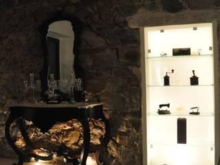Recupero parete in pietra con nicchia in vetro.: Soggiorno in stile  di LORENZO RUBINETTI DESIGN