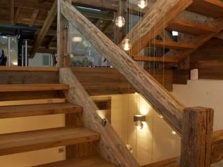Chalet Chardon - vide d'escalier: Couloir et Hall d'entrée de style  par shep&kyles design