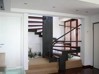 Scala interna all'appartamento orientato ad Ovest Ingresso, Corridoio & Scale in stile moderno di PARIS PASCUCCI ARCHITETTI Moderno